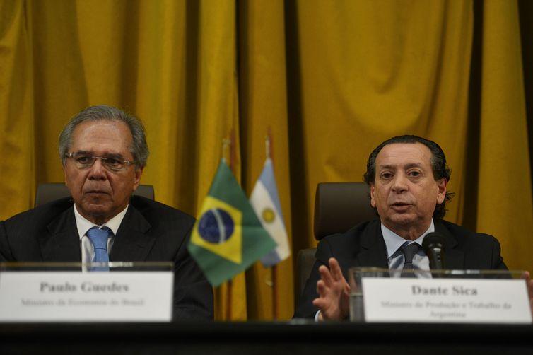 O ministro da Economia do Brasil, Paulo Guedes, e o ministro de Produção e Trabalho da Argentina, Dante Sica, concedem entrevista coletiva.