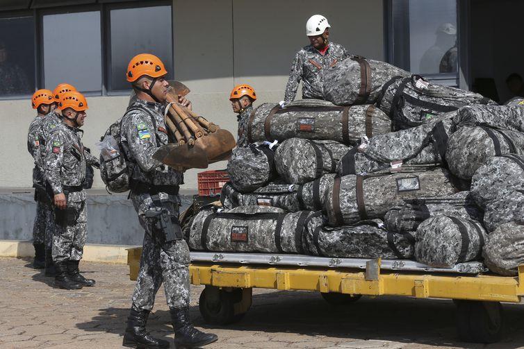 Equipes da Força Nacional, que ajudarão no combate ao incêndio na Amazônia, embarcam na Base Aérea de Brasília