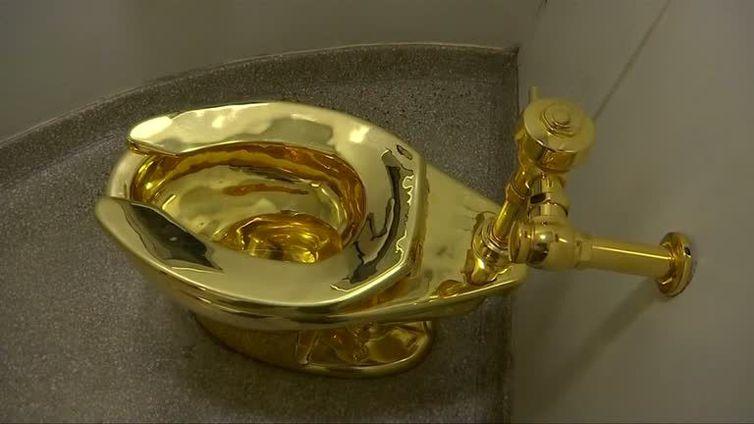 Ladrões roubaram um vaso sanitário inteiramente produzido em ouro 18 quilates que fazia parte de uma exposição de arte no Palácio Blenheim onde nasceu o líder britânico Winston Churchill
