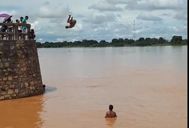 Vídeo: Banhistas se arriscam pulando de paredão do cais do rio São ...